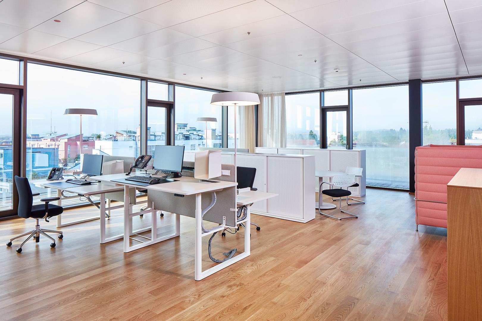 Moderne Arbeitsplatz-Gestaltung mit verschiedenen Zonen